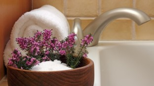 Benefits of Epsom Salt Baths: A Powerful (and Cheap!) Detoxifier